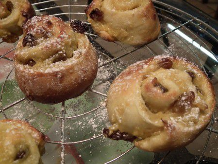 Escargots à la crème pâtissière et raisins secs