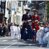 La Fête du Muguet à Compiègne : chars et groupes - Images du Beau du Monde
