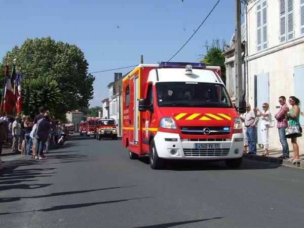 """Saint_Jean-d'Angély : la cérémonie de commémoration du 14 juillet a été suivie du défilé des pompiers avec leur matériel roulant. Voir aussi l'article Jean Casenave décoré de la Légion d'honneur et """"Six sapeurs-pompiers distingués"""" avec"""