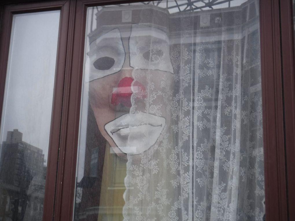 Un clown en papier mâché parfait pour déclencher une crise de coulrophobie.