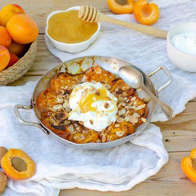 Abricots rôtis au miel, yaourt grec et amandes
