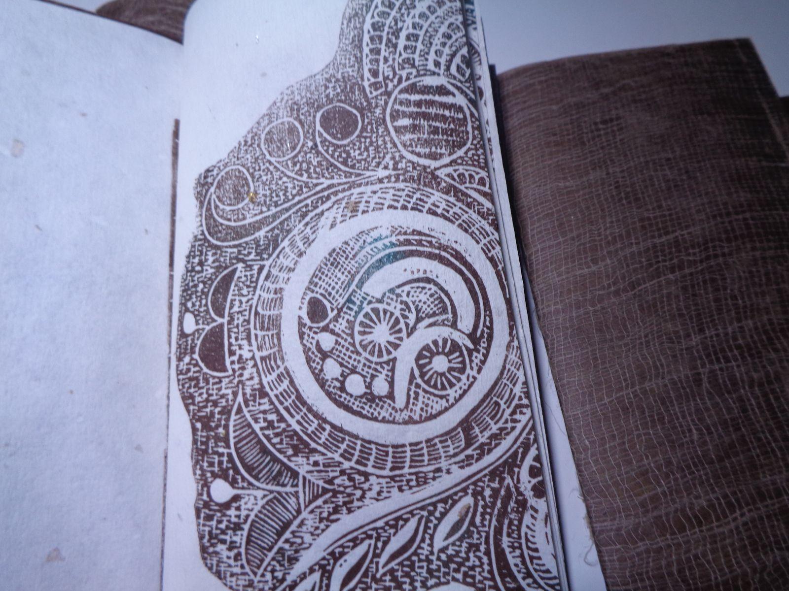 4 livres differents un sur les écritures , 2 sur les dentelles, 1 sur les oiseaux avec des monotypes