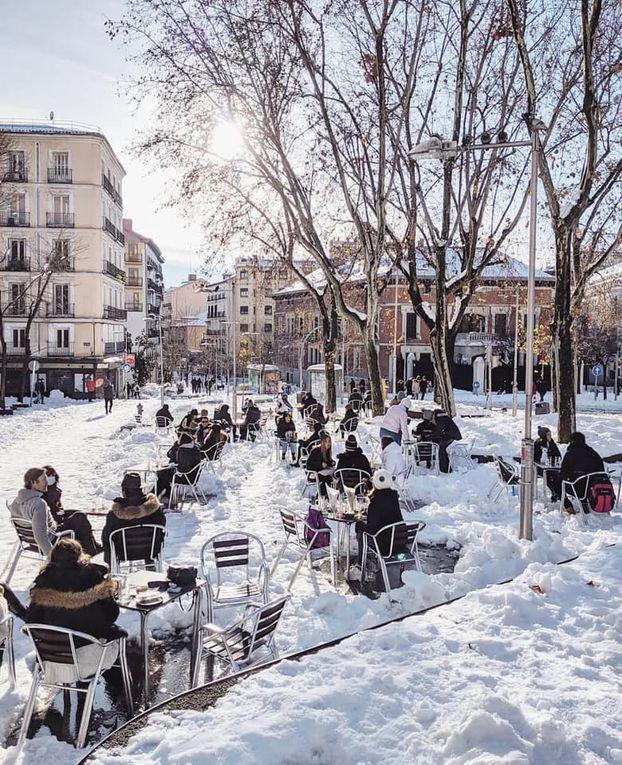 IMGES/L'espace de quelques heures, Parisiens et habitants des communes limitrophes ont savouré les premières chutes de neige de l'année, avant l'entrée en vigueur du couvre-feu généralisé à 18 heures.  Article rédigé par
