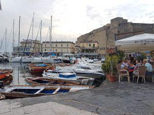 Le Castel dell' Ovo et le petit port Santa Lucia  - Naples