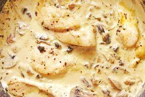 Suprême de poulet à la crème et aux champignons de Paris