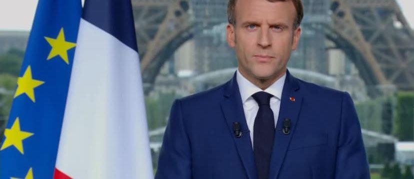 Emmanuel Macron se mettait en scène le 12 juillet le regard sévère dans le palais éphémère sur fond de Tour Eiffel pour ajouter le ridicule à la violence du propos