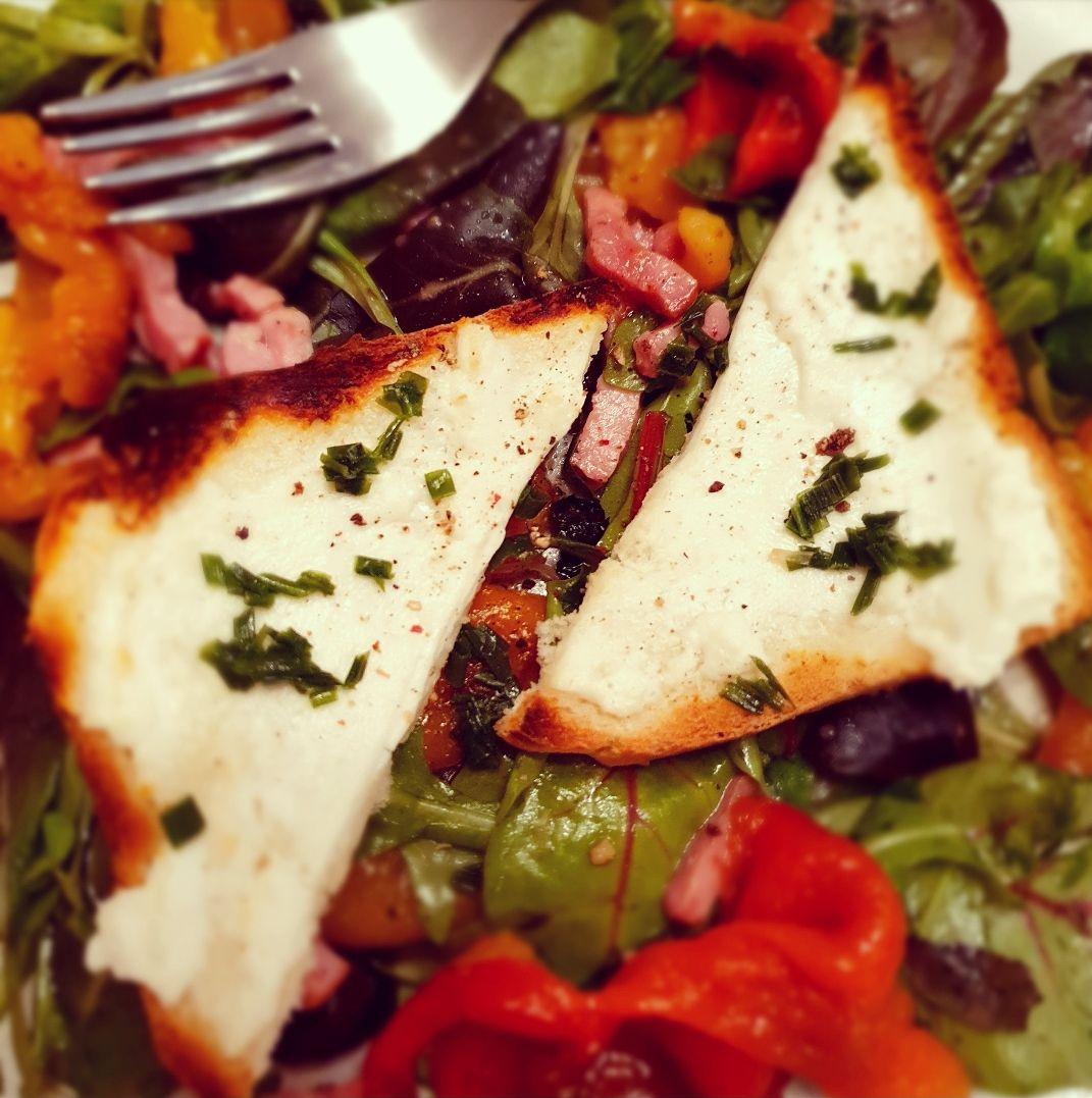 Salade de toasts au chèvre chaud