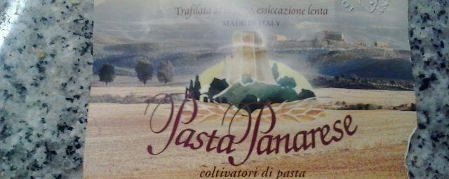 """Paccheri rigati di """"Pasta Panarese"""" (val d'Orcia) con peperoni, cipolla e uovo al burro"""