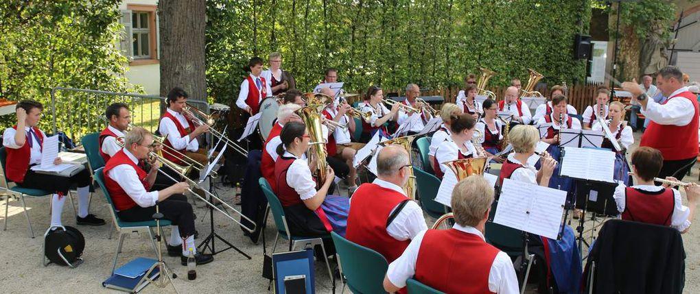 Mit lustigen und besinnlichen Weisen untermalte der Musikverein musikalisch die Eröffnung und unterhielt dann noch eineinhalb Stunden die große Gästeschar.