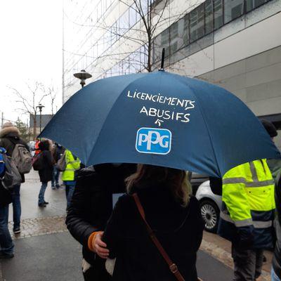 PPG Bezons, plus de 120 salariés ont exprimé leur colère contre les licenciements et la fermeture de leur usine.