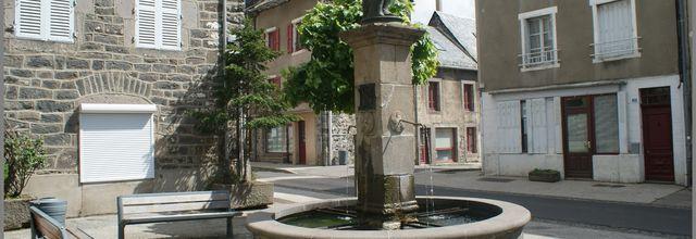 Fontaine et monument à Allanche