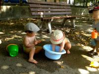 les petits renversent l'eau et les grands en ramènent… trop bien !!!