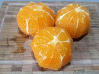 1 - Faire ramollir la gélatine dans l'eau froide. Préparer le sucre. Eplucher et peler 3 mandarines, les passer au mixeur avec 50 gr de sucre.
