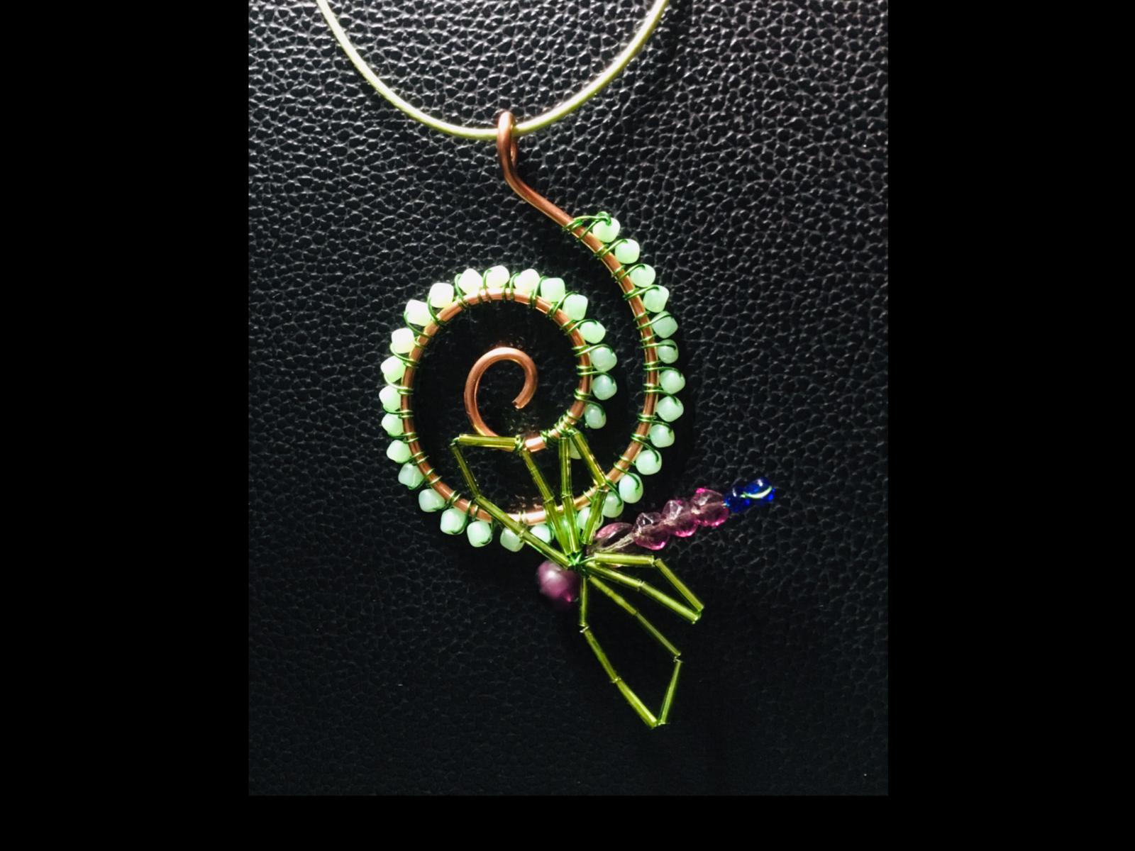 10 cm. Cuivre et perles synthétiques en mélange.