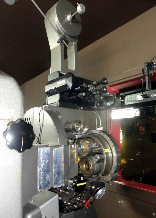 Accueil et salle. Cabine de projection et projecteur 35mm et numérique 3D. Plein air 2014. Crédits FC 2014