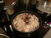 1/ Découpe de la viande; 2/ faire mijoter la sauce avec les oignons; 3/ riz cuit; 4/ la cuisson du boeuf dans la sauce. Une fois cuit, réserver la viande sur un autre plat pour ne pas la noyer de sauce.