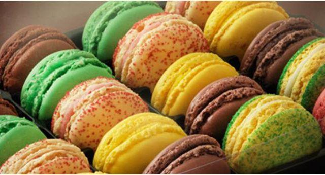 A paillettes, bicolore, marqué, le macaron est de toutes les folies et c'est SA journée !