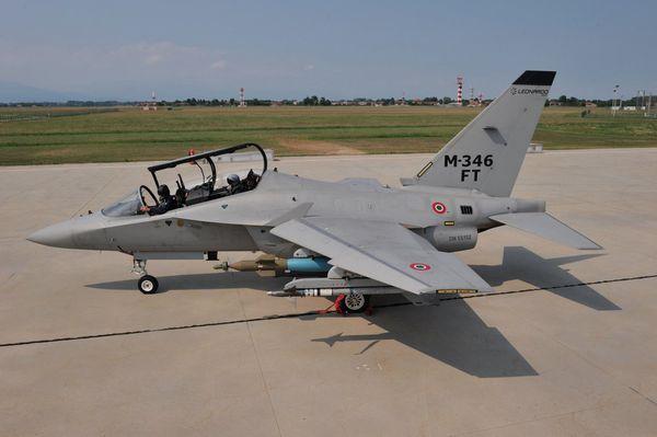 © Leonardo - Le M-346FT, présenté à Farnborough, avec son emport pour l'attaque au sol.