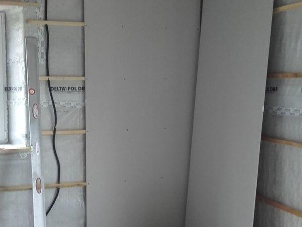 Puis vient la pose du placo, on commence par des défauts puis on s'améliore.. Un imposte vitré est posé au dessus de la porte du sas desservant wc, sdb et chambre afin d'apporter de la lumlière dans les wc qui n'on pas de fenêtre extérieur pour ne pas se geler le Q..