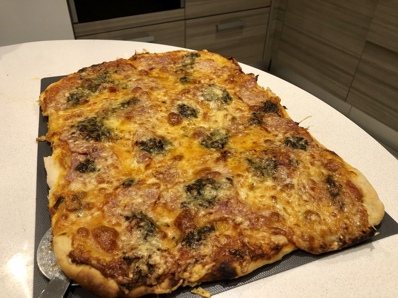 Pizza jambon et pesto