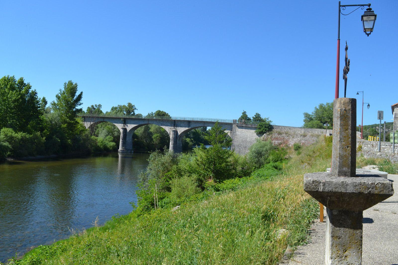 Petite commune de moins de 500 âmes située en bordure le l'Ardèche, la célèbre rivière du département.
