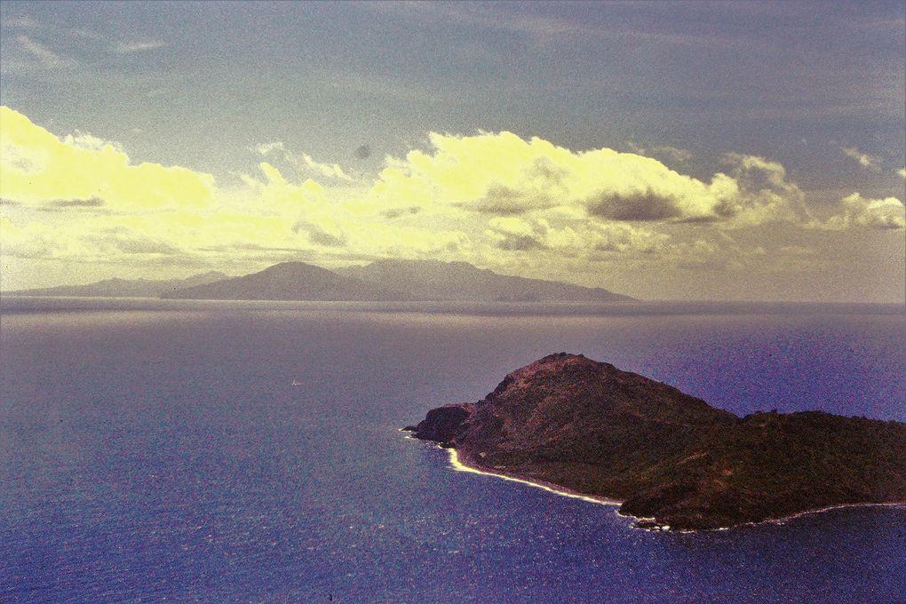 D'abord les Saintes vues de la côte est de Basse-Terre, puis du haut de la Soufrière, et enfin vue de Terre-de-haut à partir de Terre-de-bas ( avec une vieille case rose ) et réciproquement.