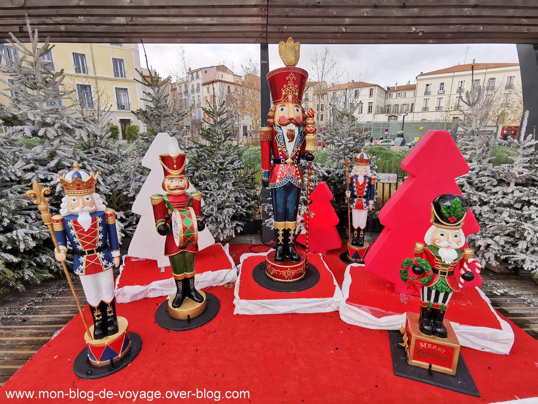 Les installations de la place Jean Jaurès en journée (décembre 2020, images personnelles)