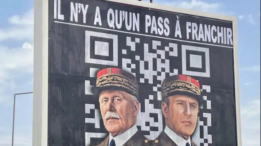"""Représentant les deux hommes sur un fond laissant apparaître un QR code, l'affiche expose le message : """"Il n'y a qu'un pass à franchir"""".  Photo Twitter Michel-Ange Flori"""
