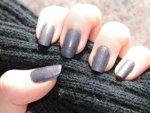 Résultat sur mes ongles, si on fait un vraiment gros zoom, on peut voir des paillettes violettes. (cliquez sur la derniere photo pour l'aggrandir, vous verrez mieux de quoi je parle :) )
