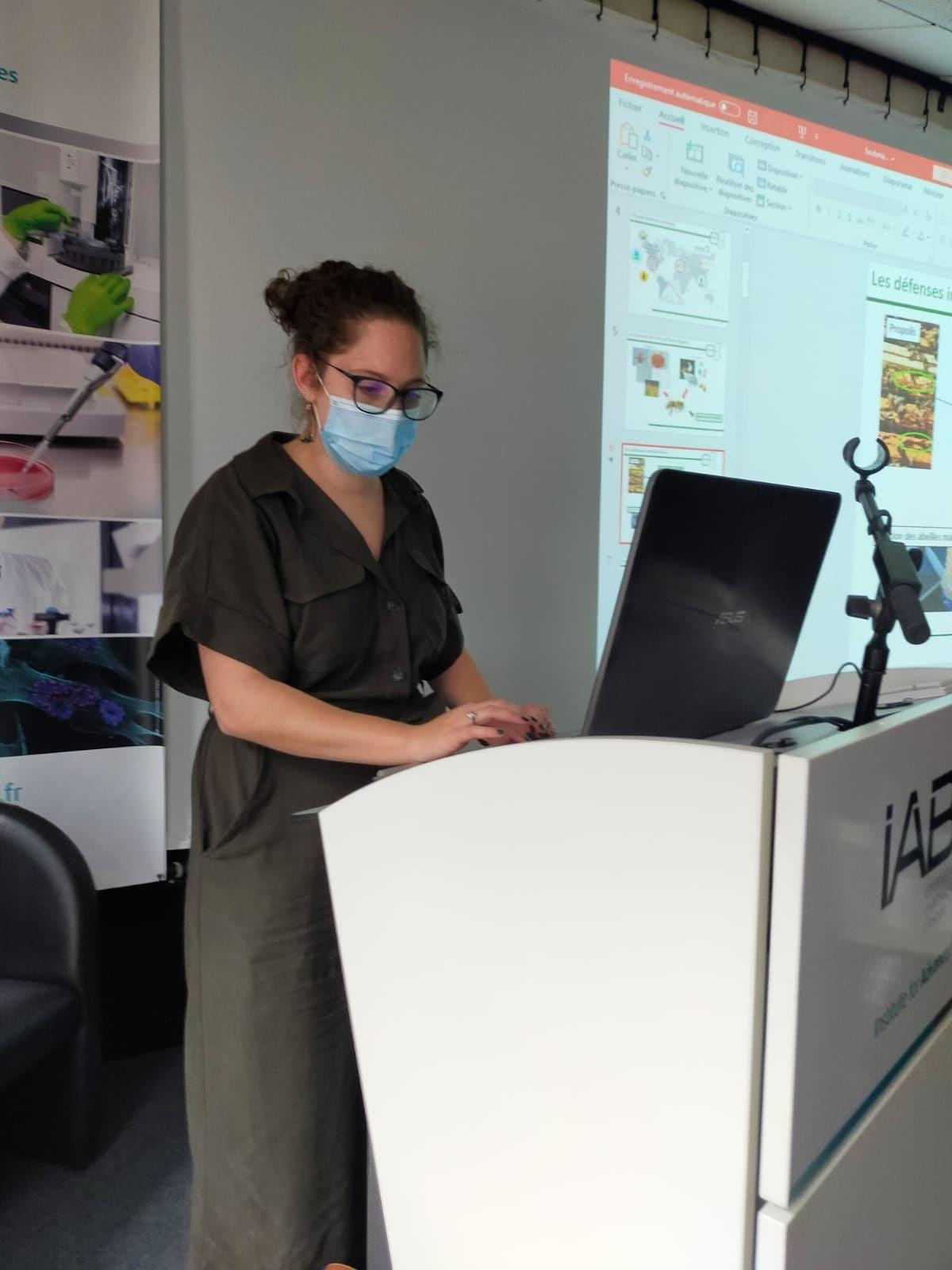 Dr Camille Houdelet, lors de sa soutenance de thèse, à l'IAB de Grenoble