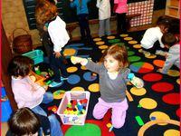 Un atelier de peinture, et les jeux libres qui suivent les ateliers .