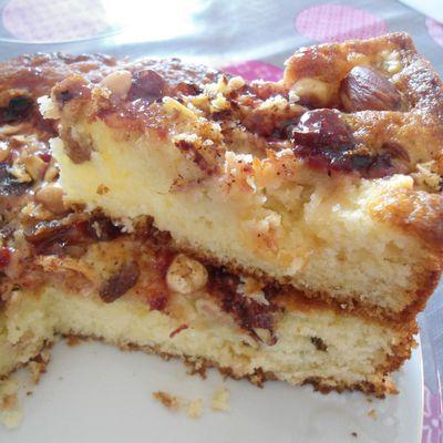 Gâteau aux pommes avec des noix et des raisins secs