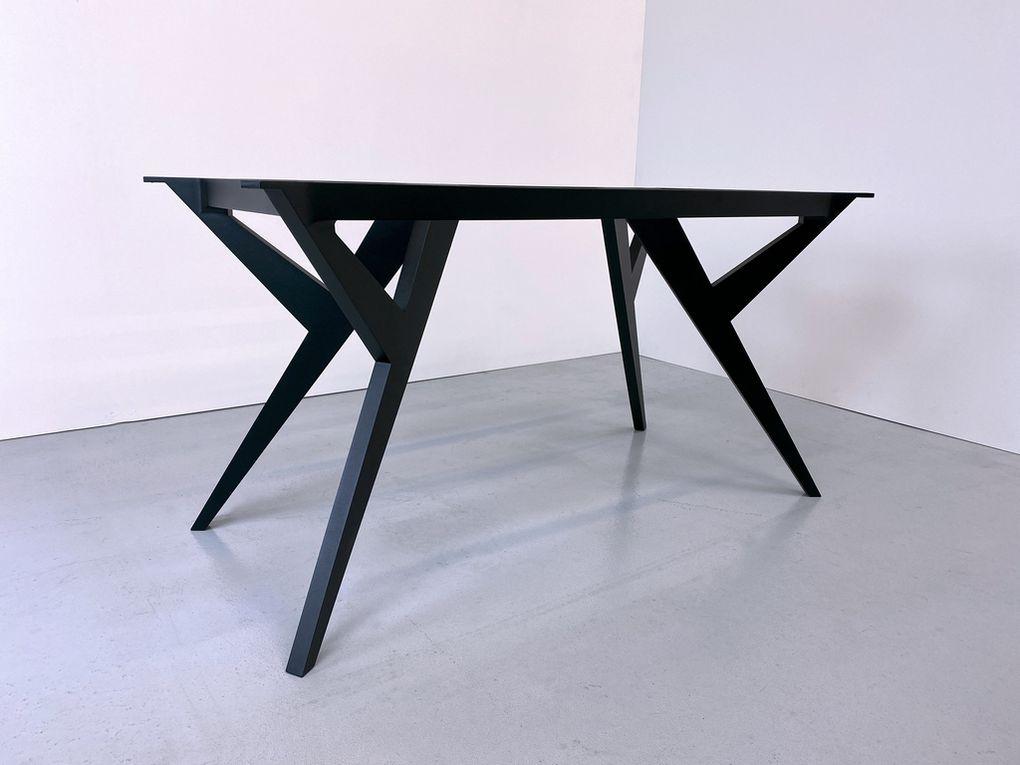 L'idéale, pour une table de cette taille, reste naturellement la solution suivante : disposer d'un piétement (bois, fonte, métal) robuste pourvu d'une ceinture assurant le contrefort du plateau