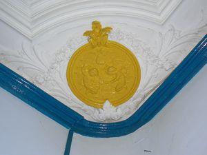 Détails de décorations du Château et notamment les médaillons du rez-de-chaussée présentant des enfants montant des dauphins, frappant une enclume et cultivant un champ cliché Armand Launay, décembre 2010).