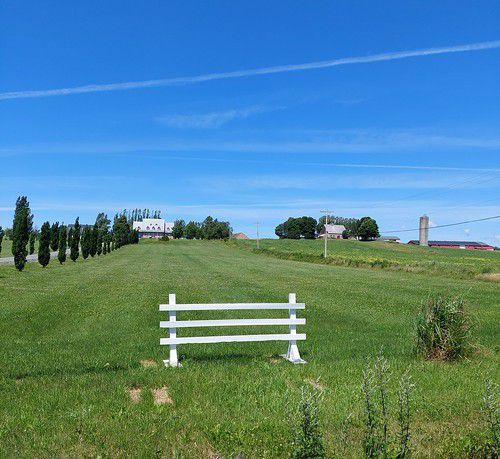 St-François ... Son quai, ses fermes agricoles, sa tour d'observation avec de superbes vues sur le Mont Ste-Anne et le Cap Tourmente