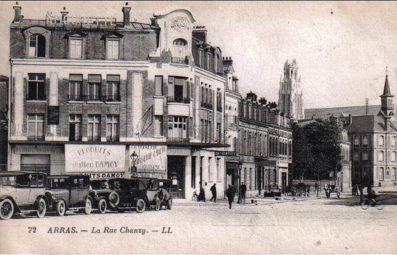 Place de la Gare (Foch) et rue Chanzy. Georges Trassoudaine, architecte, 1925 - Cartes postales : collection privée - Photographie des destructions, source : médiathèque municipale.