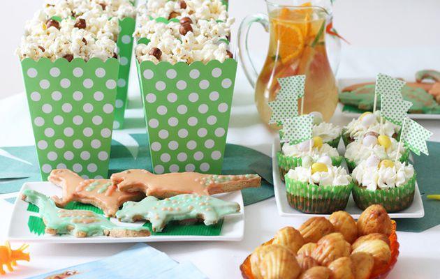 Cupcake à la banane-coco, biscuits sablés, petites madeleines salées & autres douceurs à la table d'anniversaire 'le voyage d'Arlo - the good dinosaur'