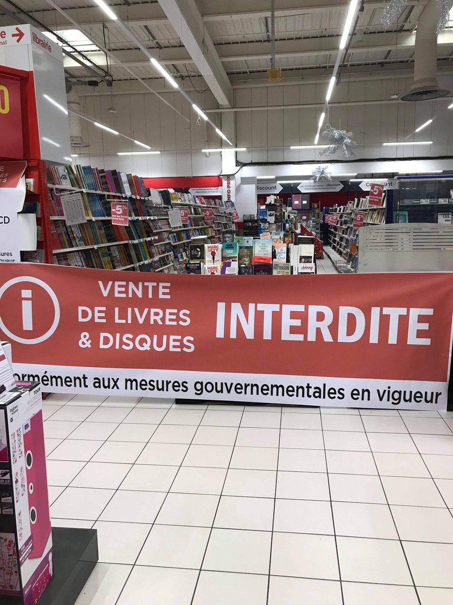 """Ces lettres blanches sur un fond rouge ainsi que les mots choisis font froid dans le dos, interdire les livres par décision gouvernementale c'est violent""""…"""