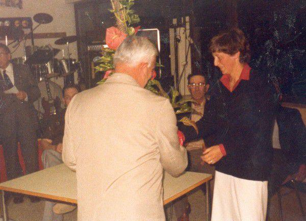 Joseph Landrain offre des fleurs à Suzanne.