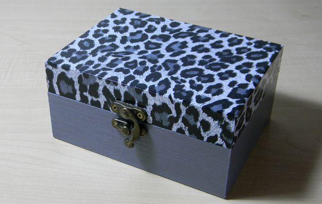 Coffret à compartiments, décor léopard noir et blanc