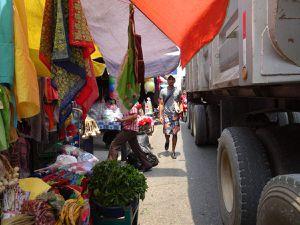 De chaque côté du pont, deux villages; Fronteras et El Relleno. La nationale, seule route dans cette région, relie Guatemala City à Flores, toutes les autres connexions se font par bateaux