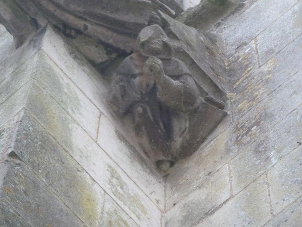 Nous sommes aux abords de la cathédrale St Pierre de Saintes. savez-vous qu'à la révolution (française) de 1789 des maçons avaient été payés pour buriner les nombreuses statues et écrits des églises de Saintes , mais jamais le bestiaire. Enfin qui a bisé les têtes de certaines bêtes de la cathédrale, c'est alors peut-être le fait d'objets ayant chuté sur ces belles sculptures. Toujours est-il que ces sculptures sont de vrais travaux d'artistes et qu'elles méritent qu'on lève les yeux au ciel.  Mais à quelques-pas de là, chez les romains la tempête ou autre chose n'a pas laissé de bons souvenirs; nous sommes sur le site de l'antique rempart romain (ou gallo-romain).