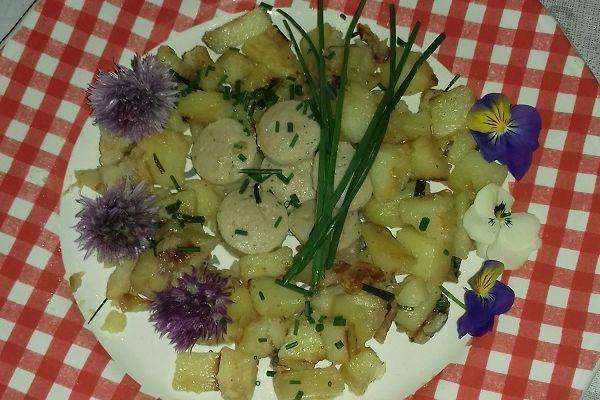 Pommes de terre rôties, aux fleurs ( pensées et fleurs de ciboulette)