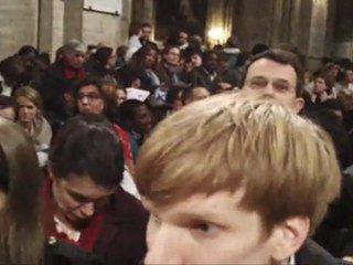 Vidéo sur la veillée de prière à Notre Dame, au moment où se joue en France la pièce antichrétienne Golgotha pinic