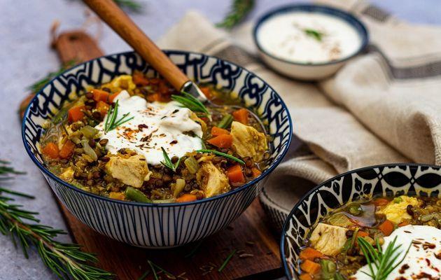 Soupe de poulet aux lentilles et yaourt épicé