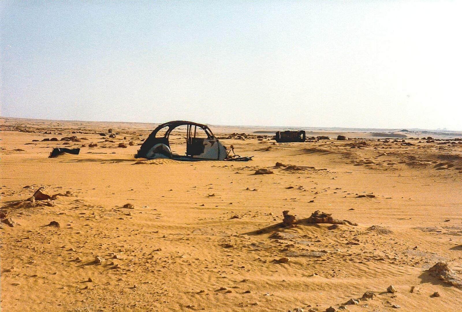 Dunes de Laouni : La route est partout mais vous ne vous perdrez pas, suivez simplement les carcasses. Algérie Aout 81
