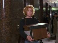 Alors qu'elle quitte son bureau, que tout est perdu, le film est fini, elle n'a plus qu'à se suicider, elle aperçoit Katharine, Jack et toute la bande qui arrive et voit une dernière chose à tenter.