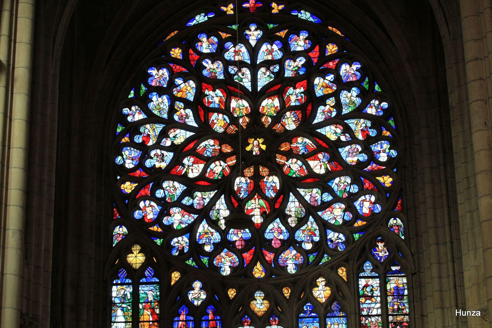 La rosace du transept sud (1502) représente le jugement dernier et la vie de Saint-Etienne