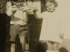 Ernestito y Celita en burro, en el patio de la casa y en Mar del Plata con toda la familia