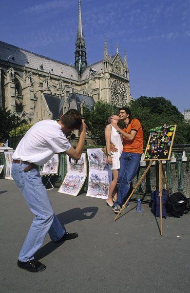 Photographe et touristes devant Notre-Dame